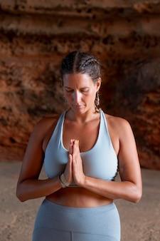 Fit woman doing yoga coup moyen