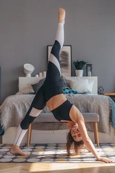 Fit woman stretching faisant des exercices de yoga.