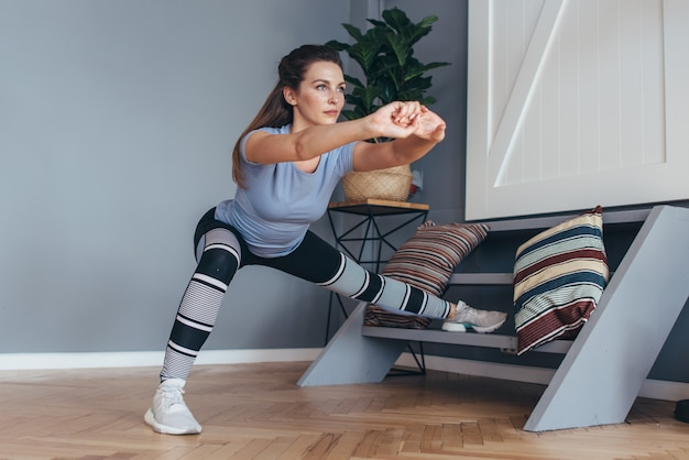 Fit woman stretching jambes exercice de fente latérale.