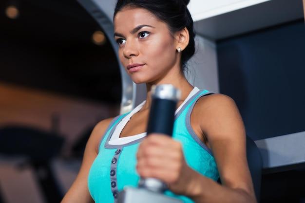 Fitness belle femme entraînement dans la salle de gym