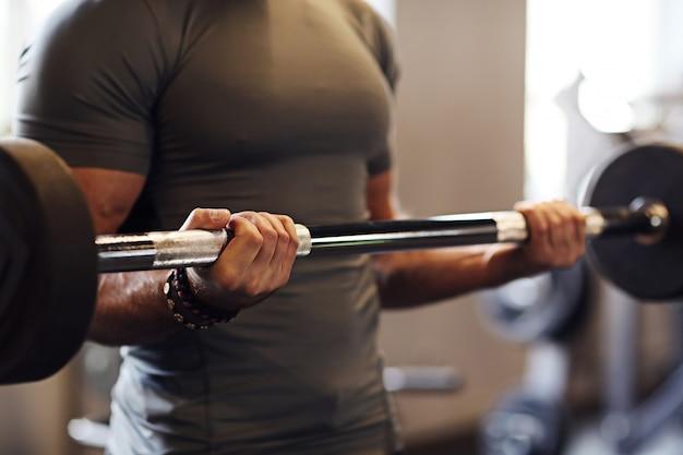 Fitness dans le gymnase, haltérophilie