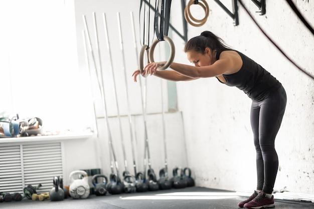 Fitness dip ring femme séance d'entraînement au gymnase exercice de trempage