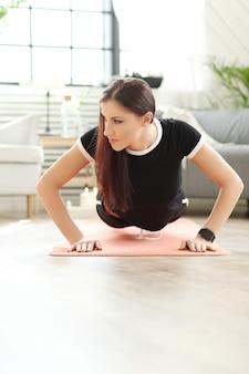 Fitness à domicile, femme exerçant