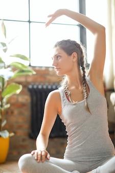 Fitness à domicile, fille exerçant