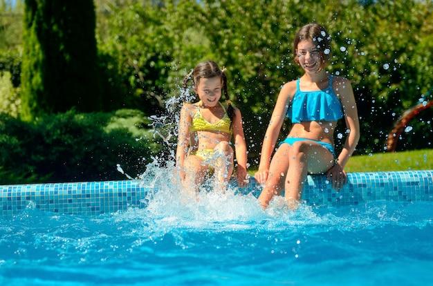 Fitness d'été, les enfants dans la piscine s'amusent et se baignent dans l'eau, les enfants en vacances en famille