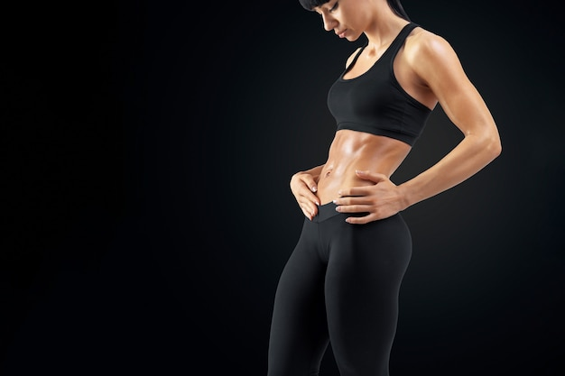 Fitness femme corps fort abs montrant