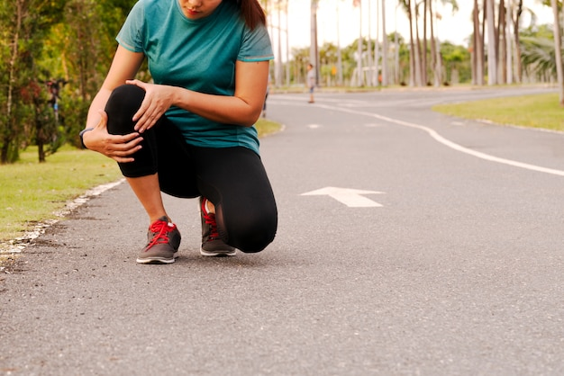 Fitness femme coureur ressent une douleur au genou