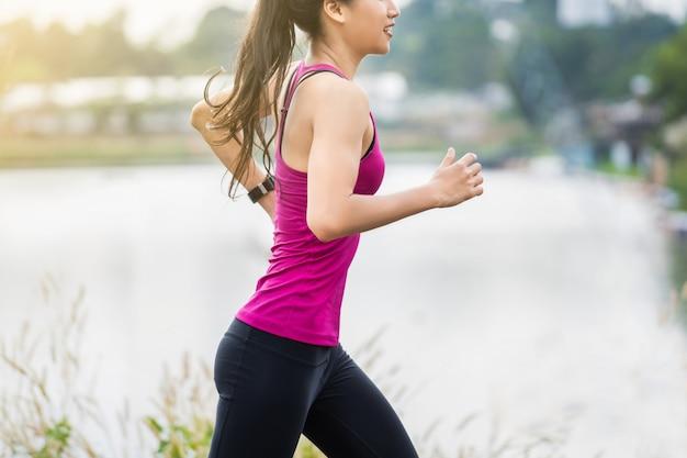 Fitness femme en cours d'exécution
