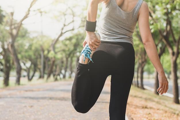 Fitness femme debout posture d'yoga dans la rue.