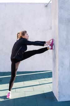 Fitness femme faisant des étirements