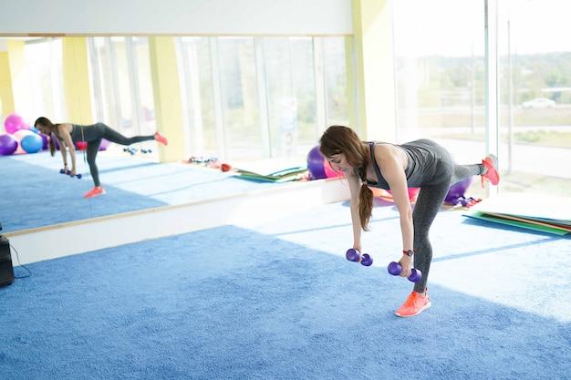 Fitness femme mature travaillant avec des haltères. mode de vie sain