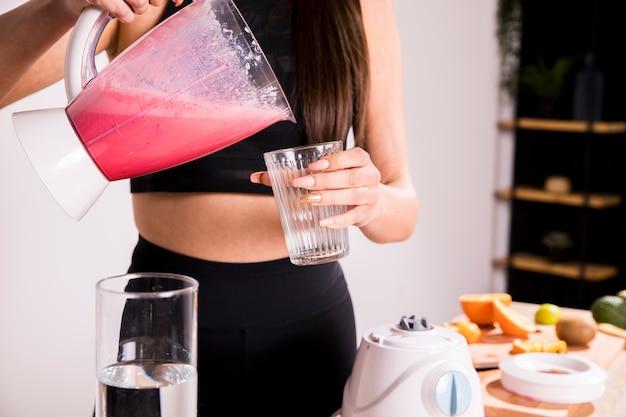 Fitness femme préparant un jus de désintoxication