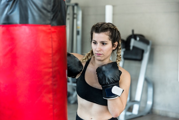 Fitness fille frapper sac de boxe