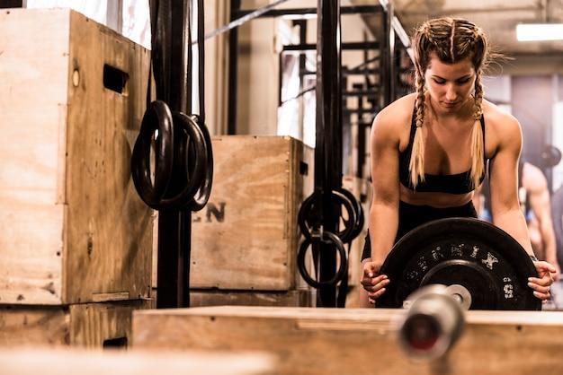 Fitness fille plaçant du poids