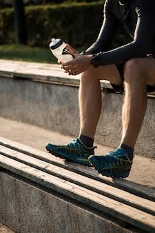 Fitness garçon au repos