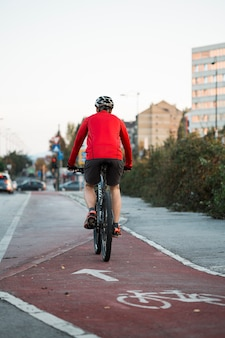 Fitness garçon à vélo sur la route