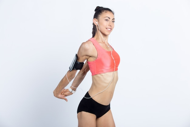 Fitness girl faisant des exercices d'étirement
