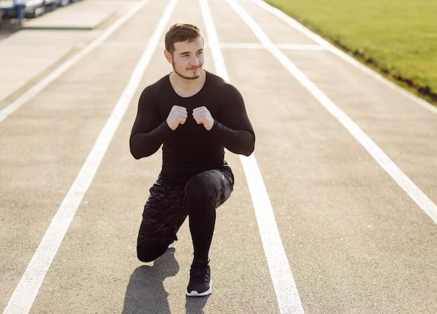 Fitness homme formation en plein air vivant actif en bonne santé