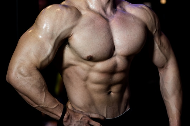 Fitness homme montrant six pack