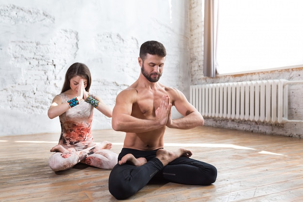 Fitness jeune yoga couple méditant