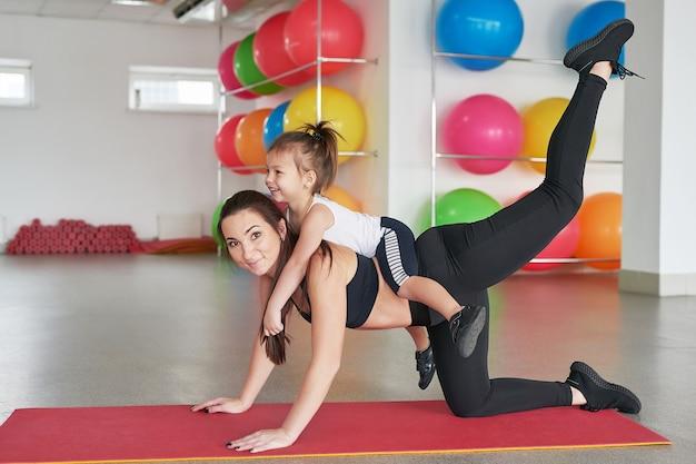 Fitness mère et enfant. activités sportives avec les enfants. centre fitness.