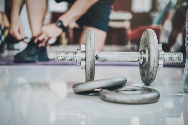 Fitness, routine d'entraînement à domicile dans une salle de gym à domicile. motivation de remise en forme et concept d'entraînement musculaire. remise en forme à domicile, concept sain.