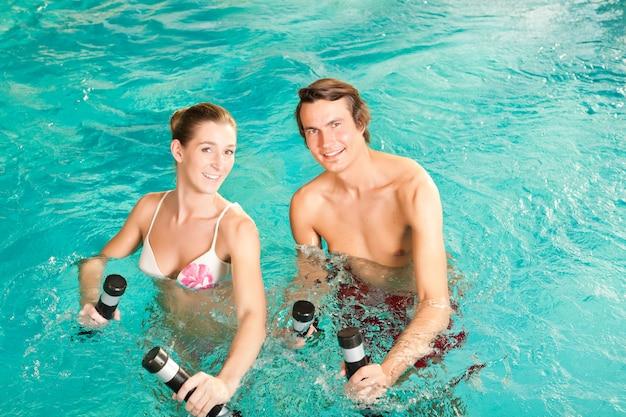 Fitness - sports et gymnastique sous l'eau à la piscine ou au spa