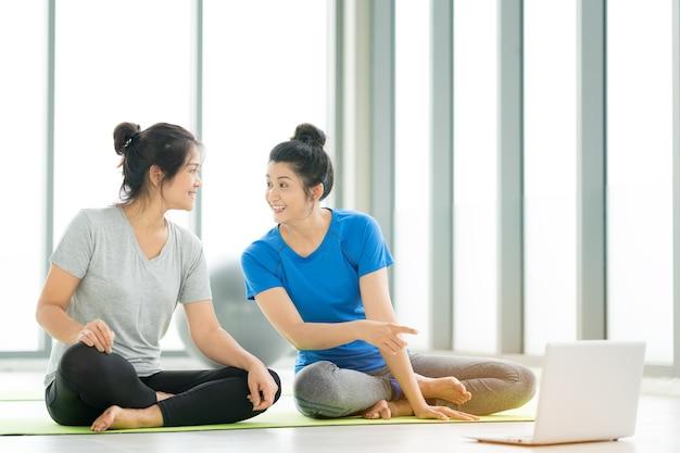 Fitness train féminin asiatique ou yoga en ligne avec ordinateur portable, concept de mode de vie femme saine