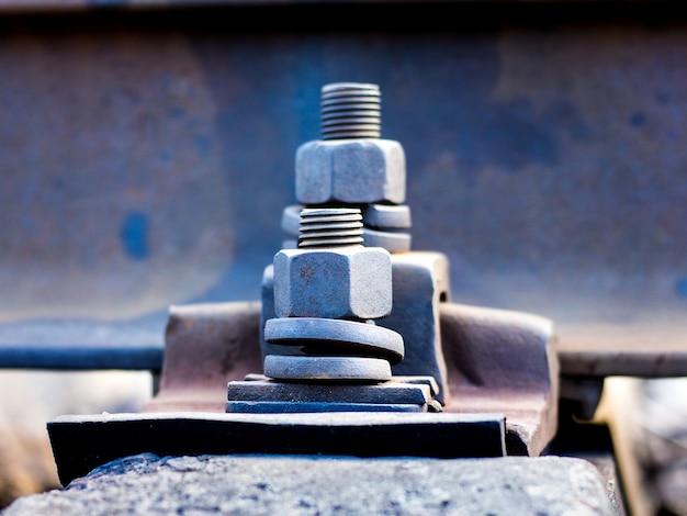 Fixation de pièces à l'aide de boulons et d'écrous sur la voie ferrée