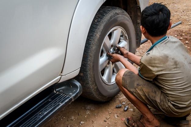 Fixation d'un pneu crevé au garage