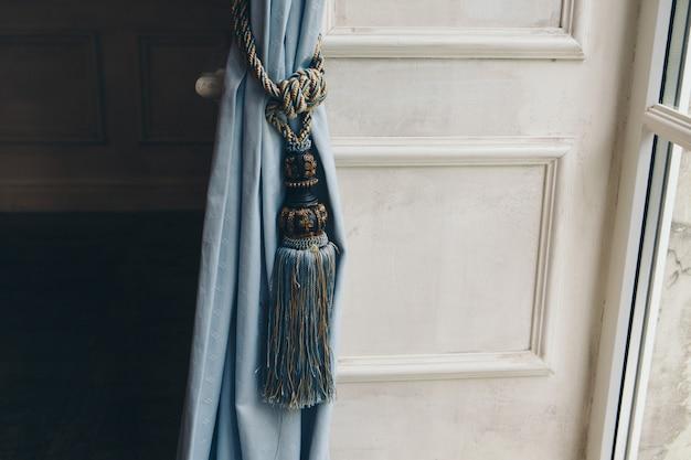 Fixation pour rideaux avec une brosse