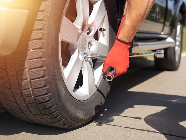 Fixation et vérification du pneu de roue de la voiture avec un outil de réparation manuel en métal