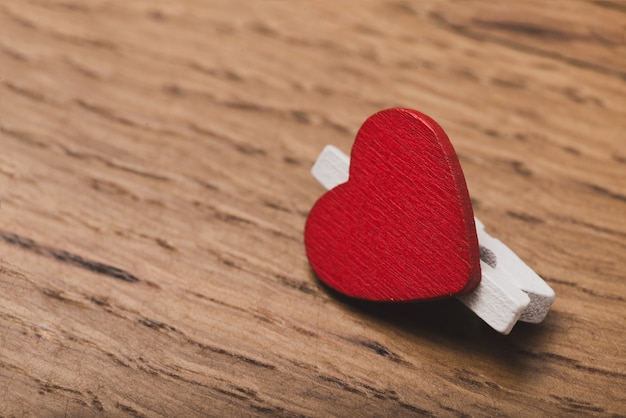 Fixer avec un coeur rouge close up