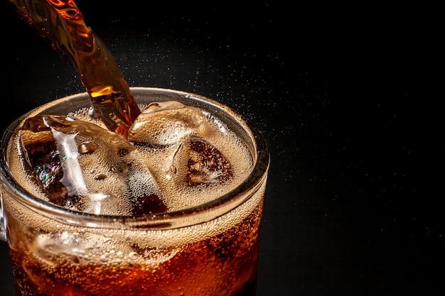 Fizz pétillant eau de cola soda pop pétillant rafraîchissant avec des glaçons. boisson gazeuse froide cola liquide boisson gazeuse fraîche et fraîche glacée dans des verres. concept rafraîchissant et étancher la soif.