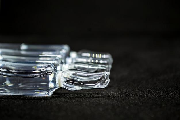 Le flacon d'ampoule médicale en verre pour la médecine d'injection est du chlorure de sodium liquide avec une solution aqueuse...