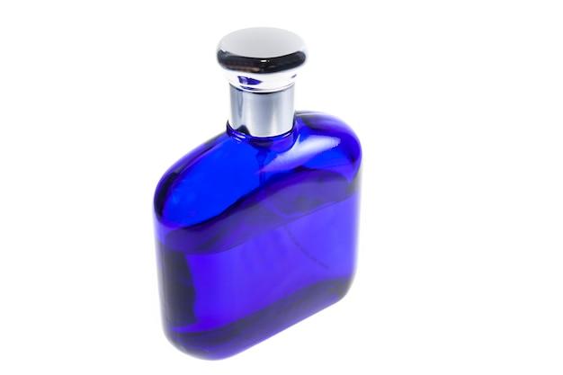 Flacon bleu de parfum isolé sur blanc.