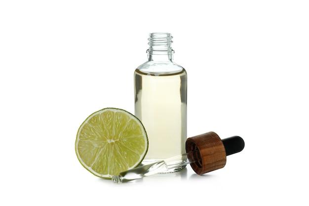 Flacon compte-gouttes avec de l'huile et de la chaux isolé sur fond blanc
