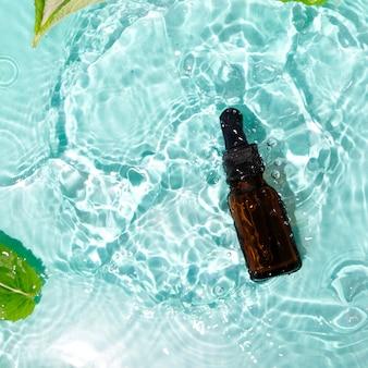 Flacon compte-gouttes de phytothérapie à l'eau de menthe avec de l'huile