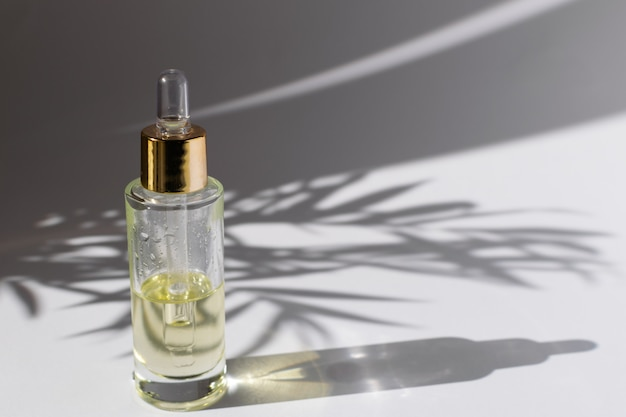 Flacon compte-gouttes en verre avec huile cosmétique ou sérum