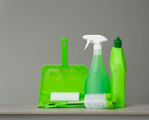 Flacon de détergent vert pour toilettes, vaporisateur, pinceau, éponge, cuillère et poussière