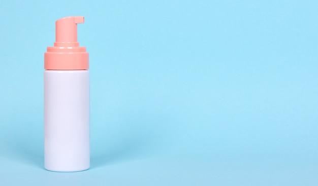 Flacon distributeur de mousse pour le visage, lotion cosmétique. isolé.