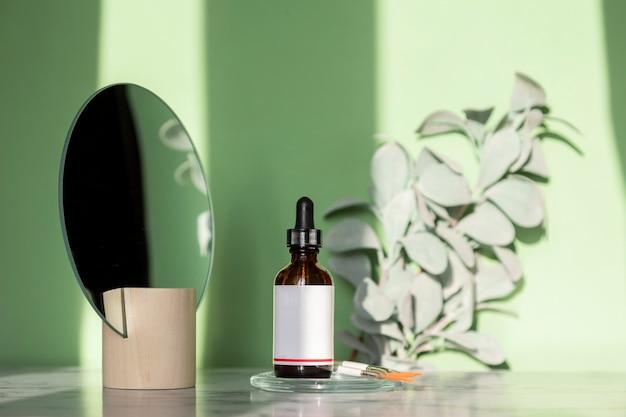 Flacon d'huile essentielle pour composer divers parfums parfumés à base d'ingrédients naturels. cosmétiques d'aromathérapie respectueux de l'environnement.