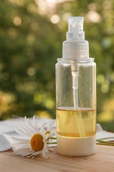 Flacon avec de l'huile naturelle pour les soins du corps