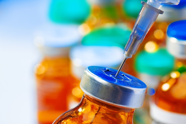 Flacon médical avec médicament et seringue close up