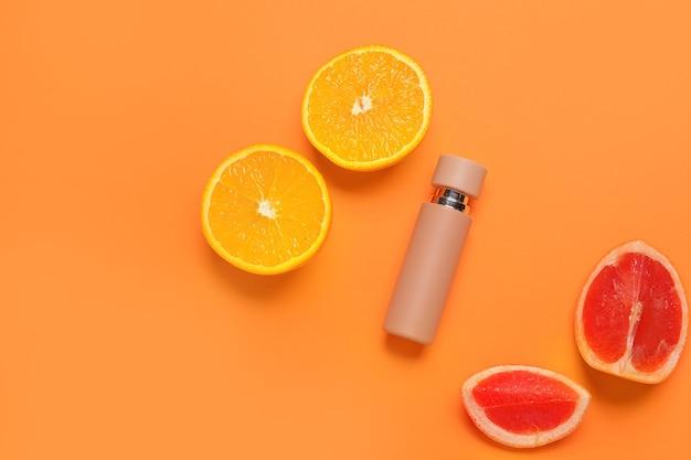 Flacon de parfum aux agrumes sur la couleur