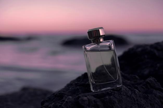 Flacon de parfum sur le bech.