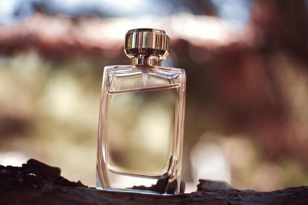 Flacon de parfum sur bois