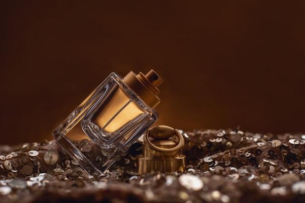 Flacon de parfum sur bokeh doré.