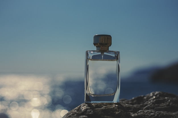 Flacon de parfum en bord de mer