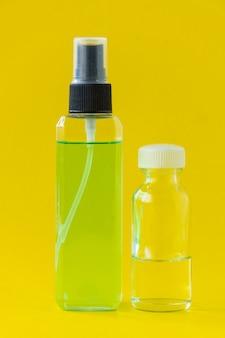 Flacon de parfum carré isolé sur fond jaune.